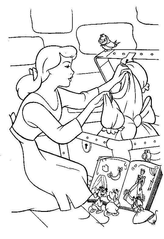 Девушка достает платье из сундука Раскраски для девочек распечатать